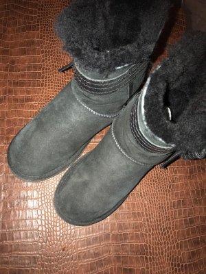 Ugg schwarz mit schwarzer Lederschleife