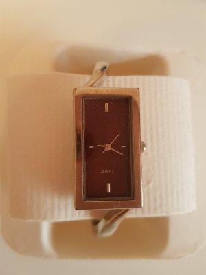 Uhr mit rotem Ziffernblatt