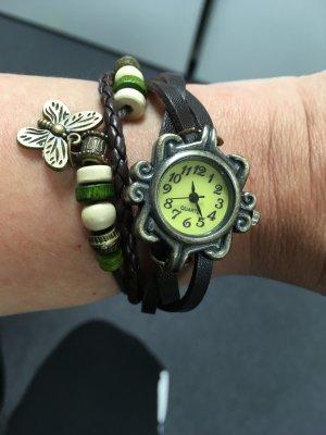 Uhr mit Wickelarmband – braun – mit Perlen und Anhänger. Druckknopfverschluss.
