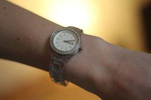 Uhr von Fossil mit glitzernden Details