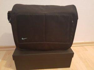 Umhängetasche in schwarz von Nike