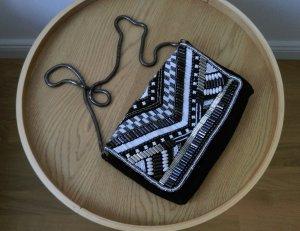 Umhängetasche schwarz weiß boho style Perlen silber