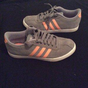 Ungetragene Adidas Schuhe