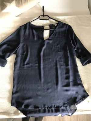 Ungetragene blaue Bluse