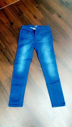 Ungetragene blaue Jeans