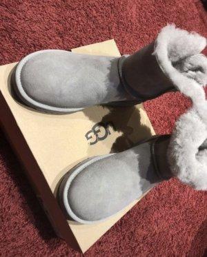 Ungetragene Damen Boots Stiefel UGG Mini Bailey Bow II Seal Größe 40