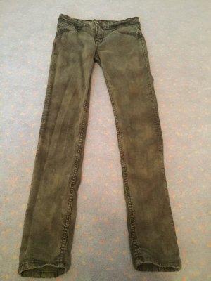 Ungetragene Jeans im Militärdesign