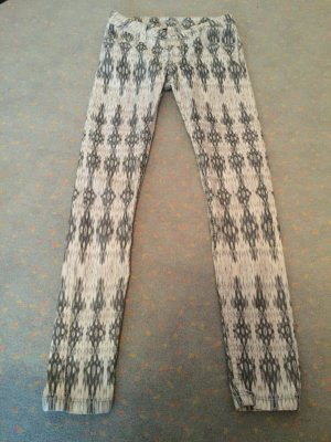 Ungetragene Jeans mit Muster