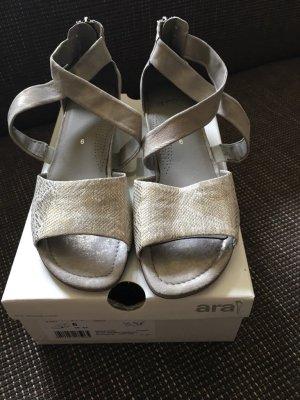 Ungetragene Sandaletten