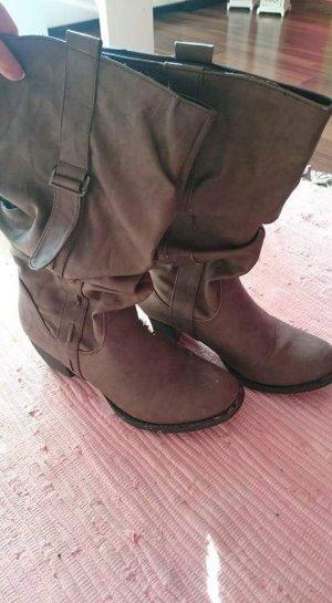 Ungetragene schicke Stiefel