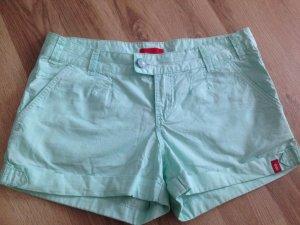 Ungetragene Shorts in frischer, sommerlicher Farbe