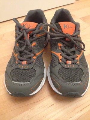 Ungetragene Sportschuhe in Grau/Orange