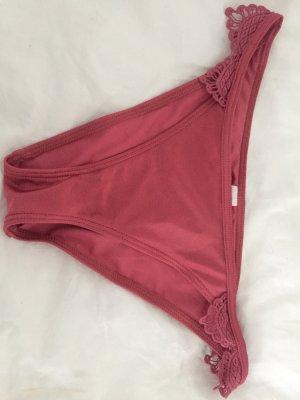 Ungetragener Bikini mit Spitzen-Bordüre
