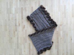 Ungetragener Schlauchschal mit Zopfmuster und Kunstfell