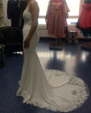 Ungetragenes Brautkleid mit Trägern und mit tiefem Rückendekollete