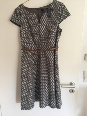 Ungetragenes Kleid von Comma mit Punkten
