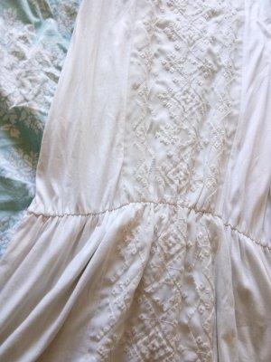 Ungetragenes schönes Kleid römischer Stil