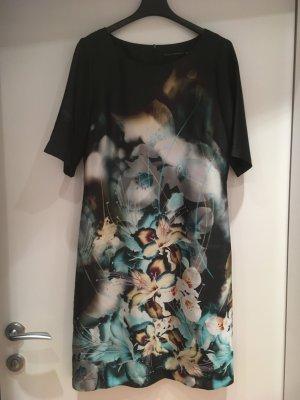 Unkompliziertes Kleid mit asiatischem Blütenmotiv