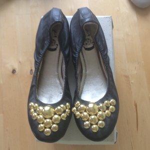 Urban Outfitters - Ballerina aus schwarzem Leder mit goldener Kugelapplikation