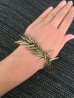 Urban Outfitters Nieten Armband Gold