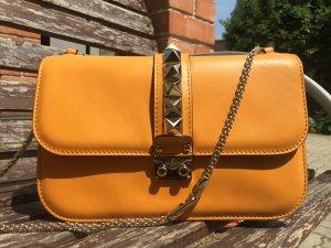 Valentino Garavani Schultertasche Lock Medium aus Leder in Gelb