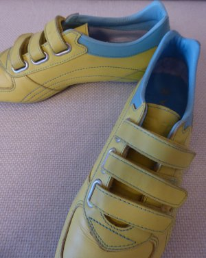 Sneaker con strappi giallo-azzurro