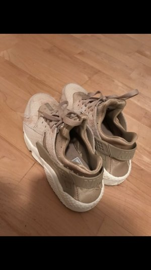 Verkaufe nagelneue Nike Sneaker.