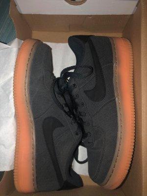 Nike Basket à lacet noir-orange foncé