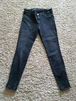 Verkaufe schwarze Hose von S. OLIVER Gr. 38 im Used-Look mit Riss