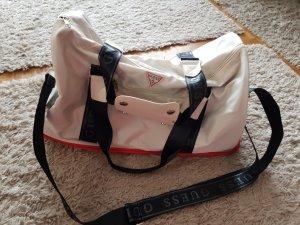 Verkaufe Sport/Fitnesstasche von GUESS in weiß/schwarz/rot mit seperatem Schuhfach