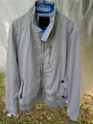 verschiedene Jacken für Frauen und Männer