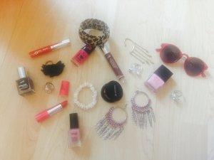 Verschiedene Lippenstifte & Nagellacke
