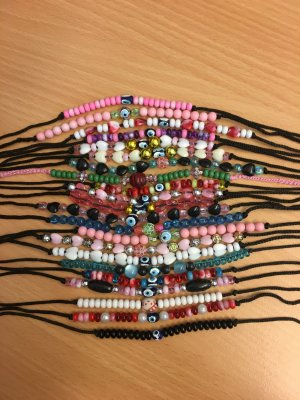 Verschiedene Perlenarmbänder