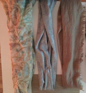 Verschiedene Schals in verschiedenen Farben. Schön warm