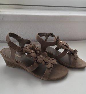 Verspielte Sandale mit Wedge in grau