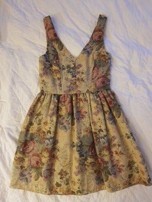Verspieltes kurzes Kleid mit barockem Blumenmuster