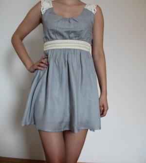 Verspieltes, kurzes Sommerkleid im Empire-Stil