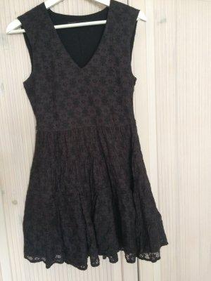 Verspieltes schwarzes Spitzenkleid von Zara