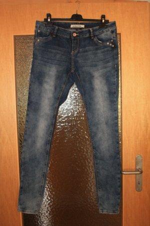 Verwaschene enge Blue Jeans