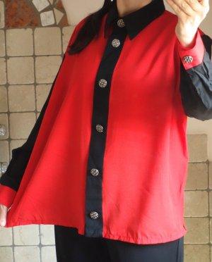 Vintage 60/70iger Jahre, Retro, ausgefallene Bluse, in rot/schwarz mit schönen Metall Knöpfen,  schwarzer Kragen, Leiste, Manschetten, oversize, glatter schöner Stoff, Etikette fehlt, vmtl. Polyester, neuwertig, wie neu, Gr. L-XL-XXL Gr. 42-44-46