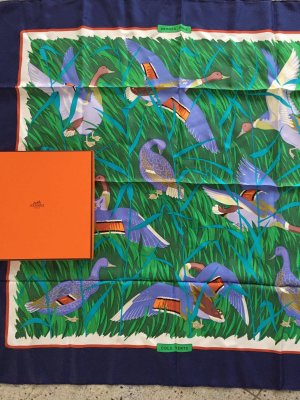 Hermès Écharpe en soie bleu foncé soie