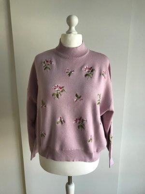 Violetter Pullover mit Blumenstickereien