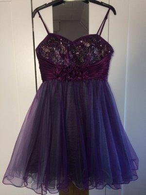 Violettes Abendkleid mit Tüll und Stickereien