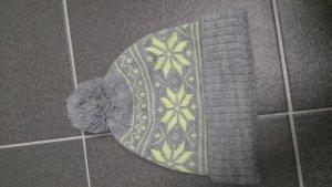 Warme Mütze mit Bommel