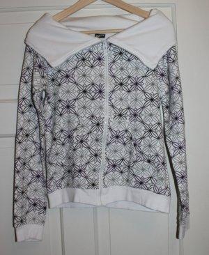 Warme weiße Jacke mit Mustern