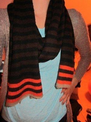 Warmer brauner Schal