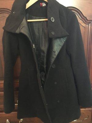 Warmer schwarzer Mantel mit Lederbesatz