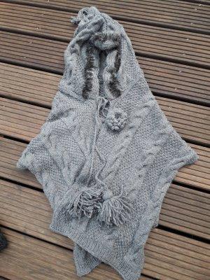 Warmer Umhang mit Kapuze, Schal