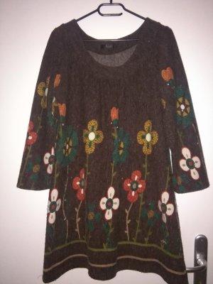 warmes Kleid mit Blumenmustern