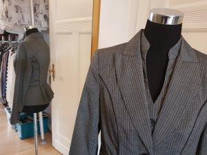 Weiblichkeit und Business: drei (!) teiliger Nadelstreifen-Anzug
